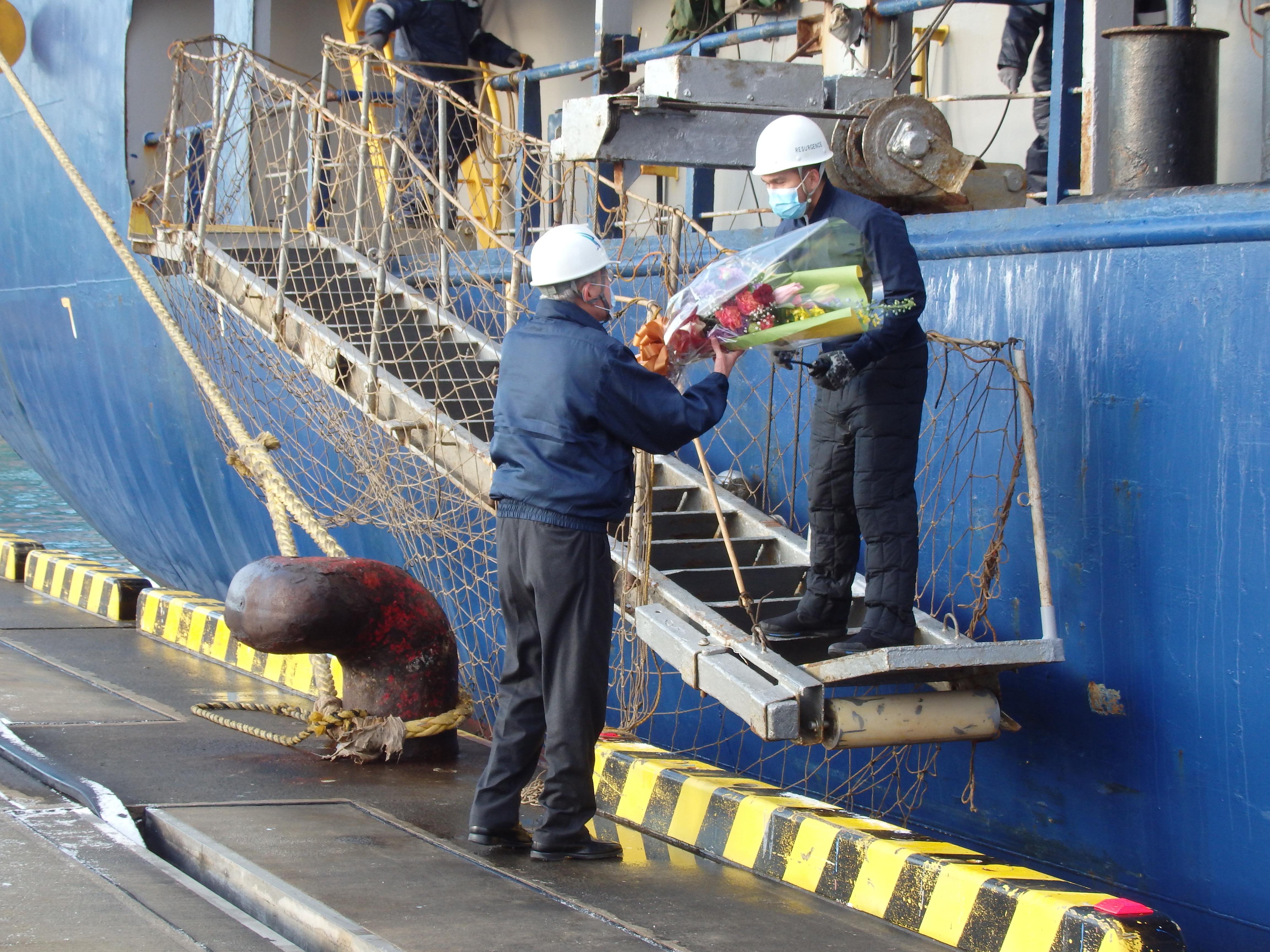 船長へ花束贈呈する写真
