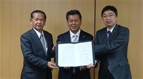 左から中村八代市長、株式会社アチーブメント賴藤会長、木村県副知事